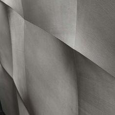La matière vibre au son des innovations. La marque italienne Lithos le démontre avec la collection Drappi di Pietra. Un revêtement d'ombres et de lumière en marbre. A l'avant-garde, les formes obtenues s'inspirent des ondulations naturelles des tissus, matérialisées 5 modèles, dont la finition Foulard. ©Lithos