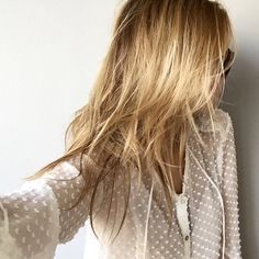 Blouse blanche plumetis + cheveux blonds + lunettes de soleil aviateur = le bon mix