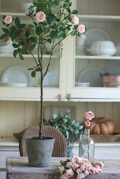 7 Simple Spring Vignette Ideas with Balsam Hill - French Country Cottage French Country Cottage, French Country Style, French Country Decorating, Country Rose, Country Living, Country Style Homes, Farmhouse Style, Farmhouse Decor, Cottage Farmhouse