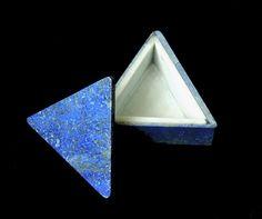 Trójkątne pudełeczko wykonane z lapis lazuli i marmuru.
