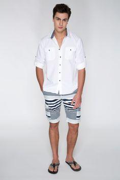 A camisa branca com botões e vista em azul com a bermuda listrada azul marinho e o chinelo compõem um look férias, ótimo para a praia, clube ou momentos relax.