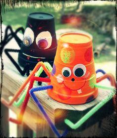 Soy Preescolar: #Ideas y #Manualidades para el Otoño  Hemos compartido estas maravillosas arañitas ya un par de veces, pero la época invita a presentarlas otra vez. Utiliza vasos de reuso si te es posible, y ánima la fiesta de otoño de tus niños con grandes sonrisas y ojos saltones. ツ   #Otoño #DíaDeBrujas #Preescolar