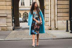 Amanda Cassou, sócia do Gallerist, com vestido estampado Lucas Barros durante a Paris Fashion Week.