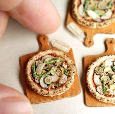 Twitterで公開されている「ミニチュアアート」に注目が集まっています。 1円玉より小さい! この画像は、ミニチュアアーティストの田中智(@miniature_MH)さんの作品です。 nunus houseミニチュアの中心は食べ物。 食事は万人が必要とし共感できる存在で 幅広く刺激できる題材です。特に和食は
