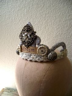 I think this is one of the most beautifully simplistic crowns I have seen to date!