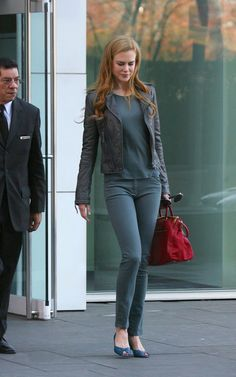 Nicole Kidman Casual Street Style And Her Lovely Prada Bag Nicole Kidman Style, Looks Style, My Style, Prada Handbags, Prada Bag, Keith Urban, Charlotte Casiraghi, Casual Street Style, Celebrity Style