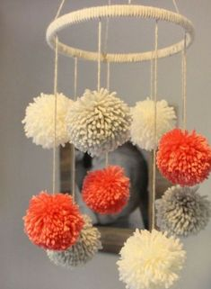 three tremendous easy crafting directions and 30 adorning concepts with pom-poms three supereinfache Bastelanleitungen und 30 Deko-Ideen mit Pompons, Pom Pom Crafts, Yarn Crafts, Home Crafts, Diy And Crafts, Pom Pom Diy, Decor Crafts, Diy Pompon, Pom Pom Mobile, Diy Y Manualidades