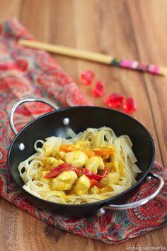 Tallarines asiáticos con pollo al curry