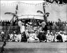In zamindari system, zamindars were the feudal royalty in India, major holders of land and in accordance lived like kings. Mughal Empire, Horse Drawn, World History, The Locals, Royalty, British, Homes, Culture, India