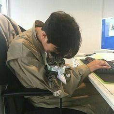 pin: warrup im kate ! (͡° ͜ʖ ͡°) pin: warrup im kate ! (͡° ͜ʖ ͡°) Boys Korean, Korean Boys Ulzzang, Korean Couple, Ulzzang Couple, Ulzzang Boy, Asian Boys, Men With Cats, Rin Okumura, Boy Cat