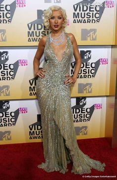 Christina Aguilera en robe toute brillante et sexy. La coiffure crantée fait très années 20.