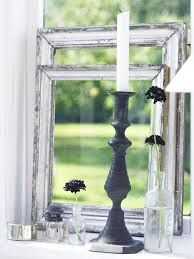 Small empty frames in window sill Rustic Cottage, Cottage Style, Old Candles, Picture Frame Decor, Empty Frames, Through The Window, Shades Of White, Less Is More, Window Sill