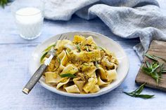 Nopea broileripasta Pasta Salad, Thai Red Curry, Food And Drink, Chicken, Meat, Ethnic Recipes, Pineapple, Crab Pasta Salad, Noodle Salads
