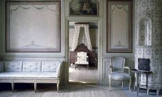 Skogaholm herrgård, Skansen, Stockholm. Friherrinnans förmak med en  gustaviansk trågsoffa. Innanför  ligger hennes sängkammare.