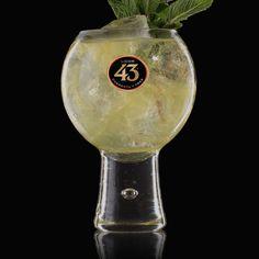 Teste das Rezept von Apple Brother 43 – ein erfrischender, süß-saurer Cocktail aus Licor 43, Apfelsaft, Ginger Beer und ein paar Zweigen Minze.