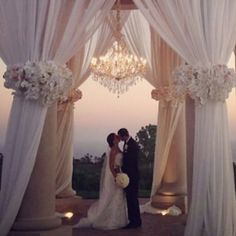 In honor of National Kissing Day, we bring this epic kiss at the Pelican Hill Resort from @detailsalicia and credits to @nisiesenchanted and @pelicanhillresort.