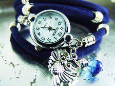 Eine Wickelarmbanduhr aus allerfeinstem Veloursleder in sattem Blau, welche *5 Mal ums Handgelenk gewickelt* werden kann! Die Länge kann verstellt ...