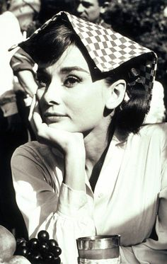 Audrey Hepburn rejected her parents' racist ideology. Her parents were Nazi supporters while Audrey helped the resistance. During Roman holiday screen testing she recalled that as a teen she would do ballet for those afraid to clap (because of Nazi. Audrey Hepburn Outfit, Audrey Hepburn Mode, Audrey Hepburn Photos, Aubrey Hepburn, Divas, Katharine Hepburn, Lauren Bacall, Classic Hollywood, Old Hollywood