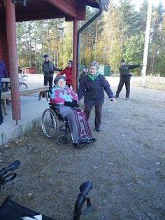 Tyttären kanssa voimistelemassa ulkoilutapahtumassa
