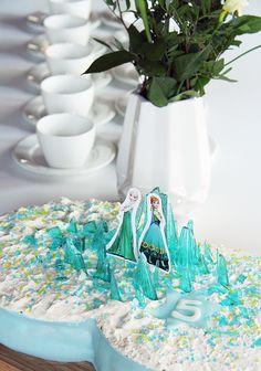 Frozen birthday party cake - www.pinjacolada.com