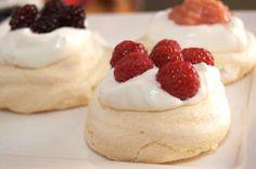 Dessert: kleine pavlova's met rood fruit