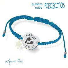 Pulsera nacimiento NUBE de plata de ley grabada con dibujo de huellas pies, nombre y fecha, estrella de nacar colgando con  cordón  macramé azul. #joyasquehablandeti