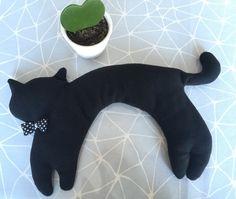 Bouillotte sèche chat noir en tour de cou garnie de blé.