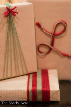 Genius Gift Wrapping Ideas to Try This Holiday Season Geschenkpapier Ideen Garn Bombe Christmas Gift Wrapping, Holiday Gifts, Christmas Crafts, Christmas Decorations, Christmas Tree, Santa Gifts, Holiday Ideas, Christmas Present Ribbon, Creative Gift Wrapping
