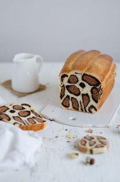 Como prometido hoje trago a receita do pão de leite com padrão leopardo. Não se acanhem que depois de verem as imagens do passo a passo mais abaixo, é mais fácil do que parece. Neste caso, ao contrári