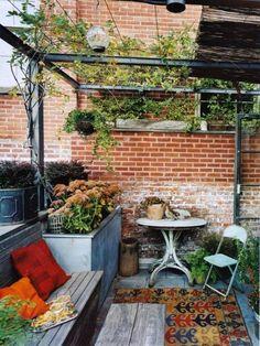 gemütliche terrasse mit hölzerner überdachung