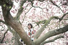 Portraitfotografie von Miriam Peuser Photography www.miriampeuserphotography.de  portrait | woman | outdoor | spring | tree | flowers | magnolia