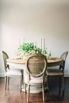 Round Dinning Table, Dinning Table Design, Dinning Room Tables, Dining Room Lighting, Dining Rooms, Table Lighting, Dining Sets, Room Chairs, Round Table And Chairs
