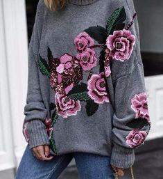 С наступлением холодов люди отдают предпочтение максимально уютным и комфортным вещам. В любые времена, при любой моде согреть душу и тело поможет свитер. Разнообразие цветов, фасонов, узоров позволяет не ограничиваться одним вариантом — их много не бывает. Предлагаем Вашему вниманию свитер с вышивкой. Яркое дополнение к свитеру Не спешите категорически отказываться от предложения. В холодное …