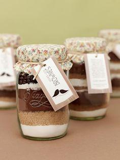 Überrascht eure Lieben mit einem ganz besonderen Geschenk, dass ihr von Herzen ganz einfach selbst machen könnt: Brownies im Glas