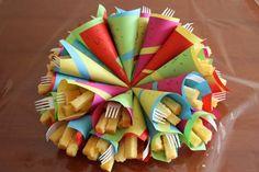 Natuurlijk mocht Koen ook op school en bij de Vlinder trakteren! Voor allebei heb ik deze vrolijke puntzakjes 'patat' gemaakt.