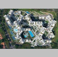 En 2007, siendo director de OMA en Asia, Ole Scheeren recibió el encargo para construir en la ciudad-estado de Singapur 'The Interlace', un conjunto residencial de 1.040 apartamentos. El arquitecto alemán finalizó la construcción en 2013...