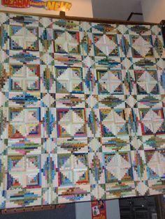 Storm at Sea Log Cabin quilt variation. A pattern for this appeared in the Mix Mastery chapter of Judy Martin's Log Cabin Quilt Book. ******* I'd love to make this quilt! Star Quilts, Scrappy Quilts, Quilt Blocks, Log Cabin Quilt Pattern, Log Cabin Quilts, Log Cabins, Rustic Cabins, Quilting Projects, Quilting Designs