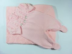 Kit Saída De Maternidade Manta + Macacão Fashion Kids, Kids Dress Clothes, My Baby Girl, Baby Knitting, Knitting Patterns, Baby Kids, Rompers, Knitting Machine, Children