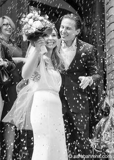 Hochzeitsstrauss, Blüten und reis werfen für das Brautpaar nach der Trauung - ein wunderbarer Brauch, der Glück, Gesundheit, Liebe und Reichtum symbolisch für das Brautpaar gewünscht werden
