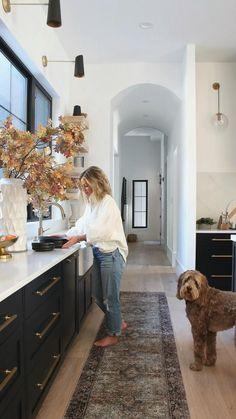 Home Decor Kitchen, Home Kitchens, Kitchen Ideas, Kitchen Small, 2 Kitchens In One House, Kitchen White, Modern Kitchen Design, Interior Design Kitchen, Galley Kitchen Design