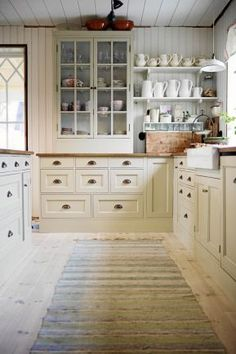 Decorating Ideas For Kitchen Walls is certainly important for your home. Whether you pick the Painting Ideas For Walls Kitchen or Rever Pewter Benjamin Moore, you will make the best Rever Pewter Benjamin Moore for your own life. Farmhouse Dining Room Table, Kitchen Dining, Kitchen Decor, Kitchen Cabinets, Kitchen Walls, Kitchen Ideas, Kitchen Stories, Beautiful Kitchens, Interior Design Kitchen