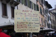 14/2/2011. Un utopista da Udine espone un cartello che invoca da Berlusconi un comportamento dignitoso e rispettoso delle istituzioni.