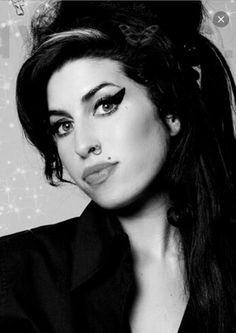 The attractive disaster. Amy Winehouse Black, Amy Winehouse Style, Amy Winehouse Foundation, Record Of The Year, Amazing Amy, Women Of Rock, Afro, Neo Soul, Serge Gainsbourg