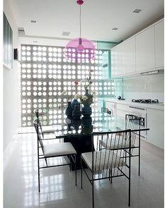 A vedete desta cozinha branca é o cobogó original, projetado por Oscar Niemeyer em 1953. Um painel de vidro pode ser fechado, delimitando a área de serviço e protegendo o local do vento e da chuva. Foto Marcelo Magnani/Casa e Jardim #arquitetura #cobogo #architecture #oscarniemeyer