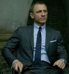 Tom Ford on Daniel Craig in James Bond Skyfall. The designer had created an entire wardrobe for Daniel Craig in the film, with a total of 60 suits for Craig himself and for the double. Daniel Craig James Bond, Daniel Craig Suit, Craig 007, Craig Bond, Tom Ford スーツ, Tom Ford Suit, Gentleman Mode, Gentleman Style, Wedding Colors