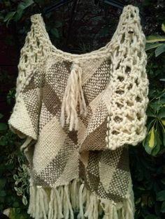 Poncho telar cuadrado lana natural l Crochet Art, Crochet Poncho, Love Crochet, Loom Weaving, Hand Weaving, Circle Loom, Altered Couture, Tear, Crochet For Beginners
