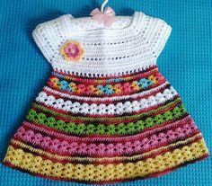 Vestido em crochê com pala branca e saia colorida. Feito sob encomenda, podendo vir com ou sem flor .    Vem com 3 botões em cor perolada na parte de trás.    Para crianças de 0 a 3 meses - valor: R$ 55,00    Para crianças acima de 3 meses a 1 ano de idade - Valor: R$ 70,00.    Para crianças acim...