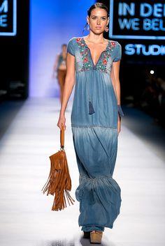 Maxi denim dress with embroidery red flowers - Bohem Style Denim Fashion, Boho Fashion, Fashion Show, Fashion Outfits, Womens Fashion, Fashion Ideas, Boho Chic, Bohemian Style, Jeans Dress