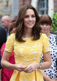 7 Royal Beauty Rules Kate Middleton Never, Ever Breaks Here are seven royal beauty rules about hair and makeup that Kate Middleton, the Duchess of Cambridge, never, ever breaks. Pippa Middleton, Cabelo Kate Middleton, Kate Middleton Makeup, Princesa Kate Middleton, Kate Middleton Photos, Kate Middleton Style, Kate Middleton Haircut, Jenny Packham, New Hair