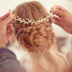 Gelin örgüsü üzerine takılan aksesuar ile örgü topuzu güzelliğine güzellik katabilirsiniz. #gelinsaç #gelinsaçmodelleri #düğün #saçmodelleri http://gelinsaçmodelleri.com/2015/08/28/2015-gelin-sac-modelleri/4